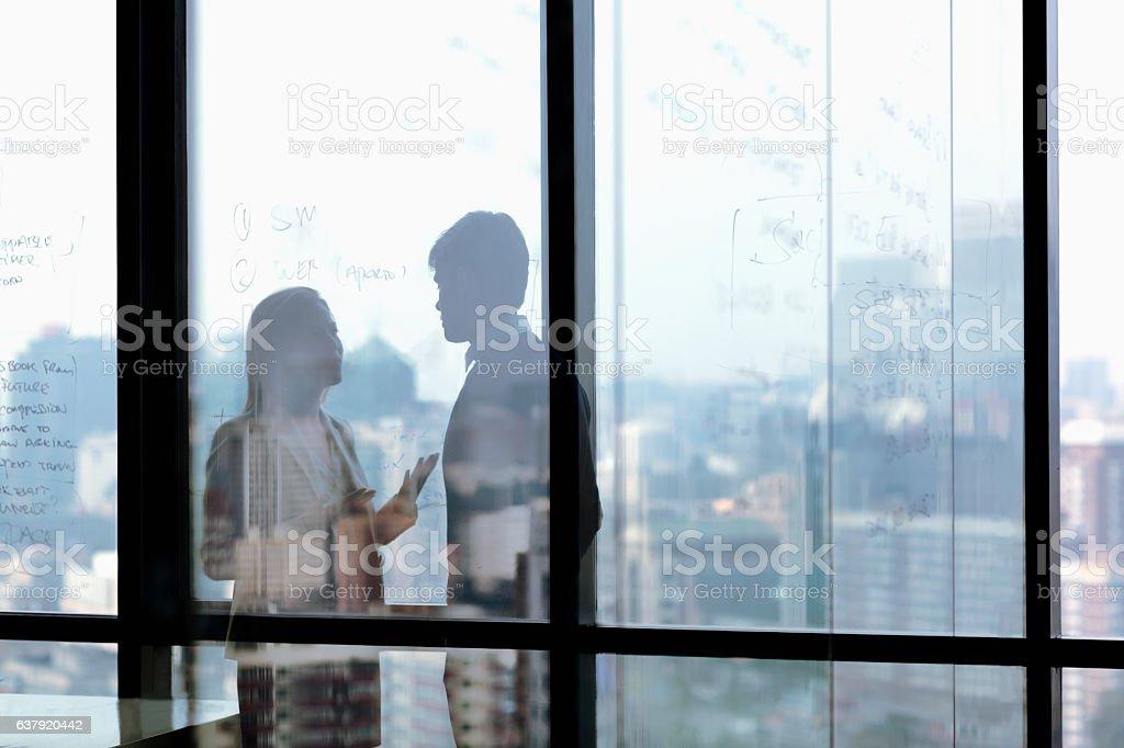 Silhouette shadows of business people talking in office - foto de stock