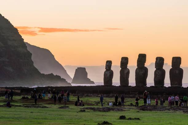 silhouette-schuss von moai statuen auf der osterinsel - osterinsel stock-fotos und bilder