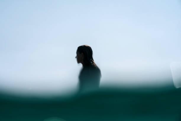Silueta surf chica desenfocada - foto de stock