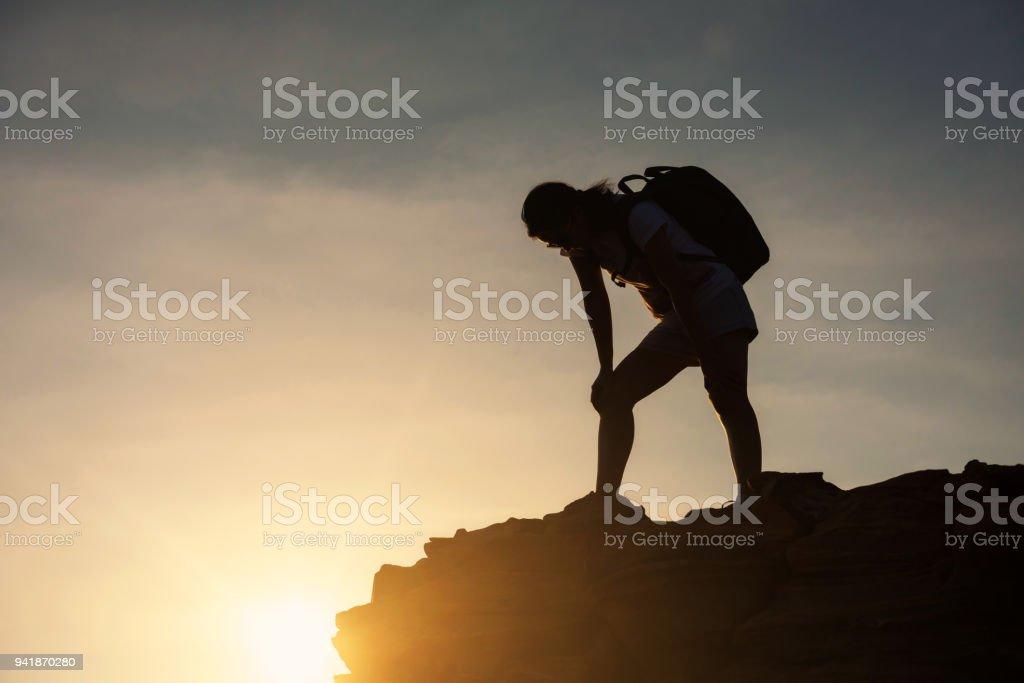 Silhouette müde Frau auf Klippe Hügel Höhepunkt – Foto