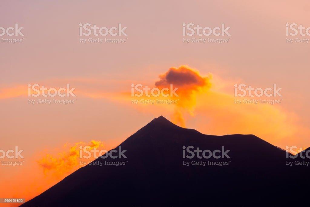 Silhouette volcan de feu et d'éruption, le volcan Acatenango vu de Antigua Guatemala, Guatemala l'Amérique centrale. - Photo