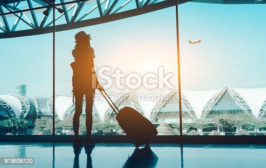 68f5c658c 919536120istock Silueta mujer viaje con equipaje sin ventana mirando aeropuerto  terminal internacional o chica adolescente viaja