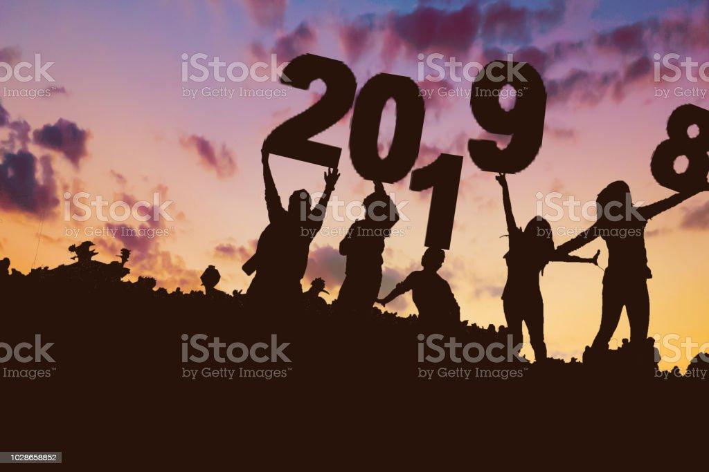568f56e37af0 Silueta Grupo Joven Chico Y Chica 2019 De Feliz Año De Nuevo Cielo ...