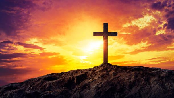 Silhouette christlichen Kreuz Silhouette auf dem Berg bei Sonnenuntergang – Foto