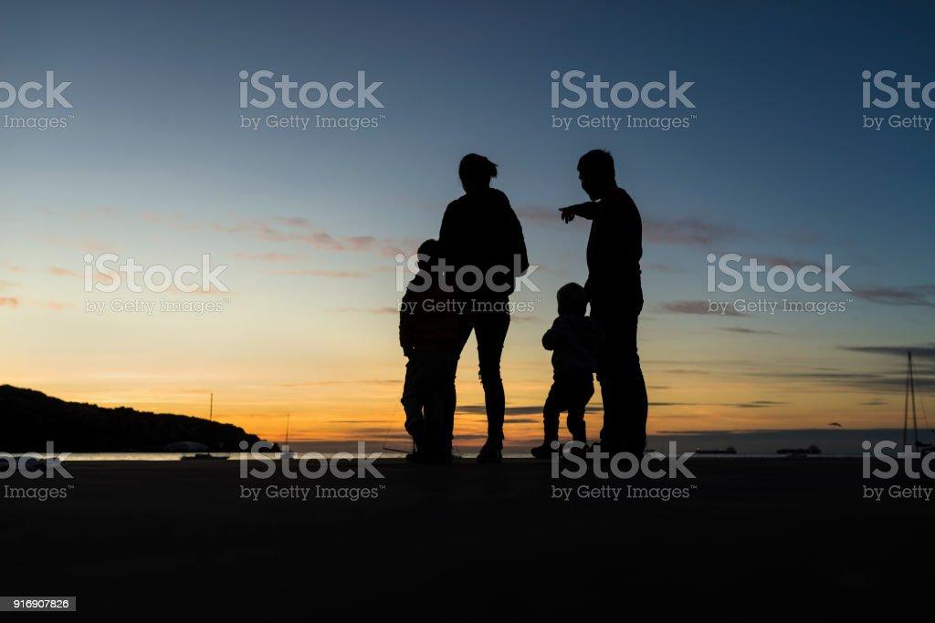 Silhouette Familie im Freien mit Blick auf den Sonnenuntergang – Foto