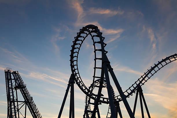 montaña rusa silhouetted at sunset bucles - roller coaster fotografías e imágenes de stock