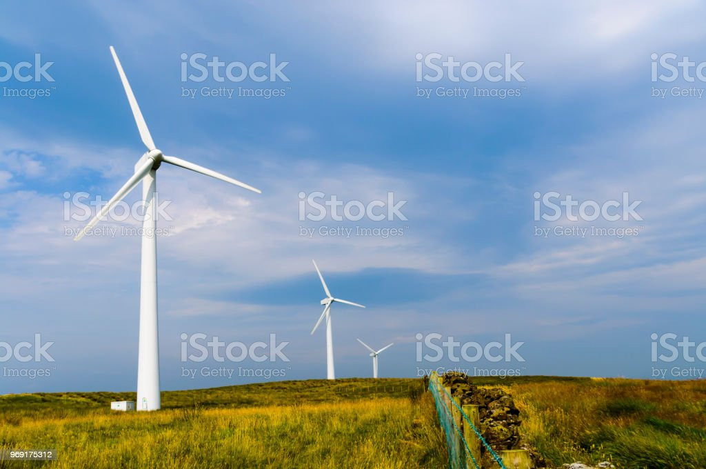 Silhouette Windturbine in einem ländlichen Windpark. – Foto
