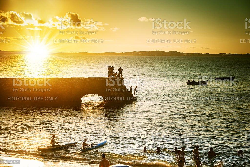 Silhuetas ao pôr do sol sobre a Barra Baía de Salvador da Bahia - foto de acervo