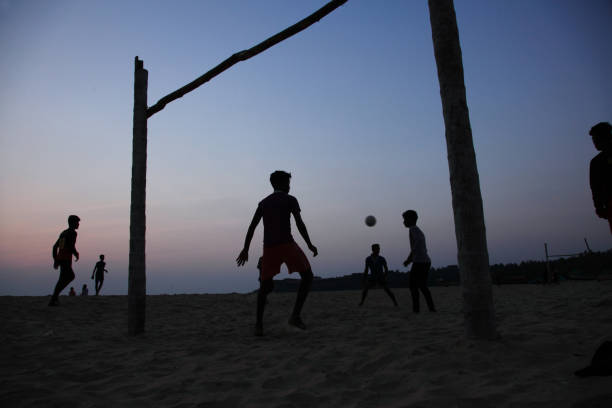 silhuetas de crianças no futebol - futebol de areia - fotografias e filmes do acervo