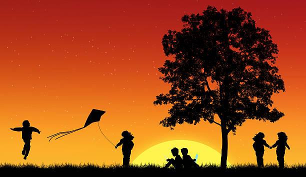 Silhouetten von Kindern lesen Buch unter Baum – Foto