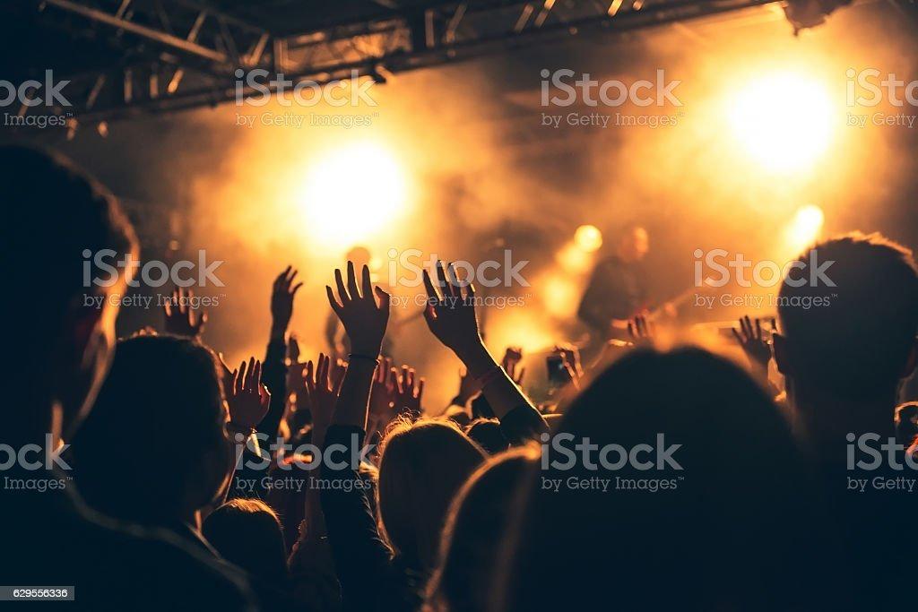 群衆シルエットのコンサートの前で明るいステージ照明 ロイヤリティフリーストックフォト