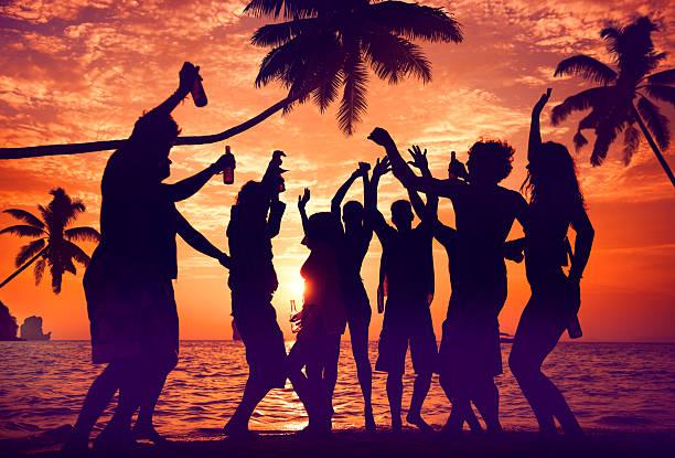 Silhouette di diversi multietnica persone divertimento - foto stock