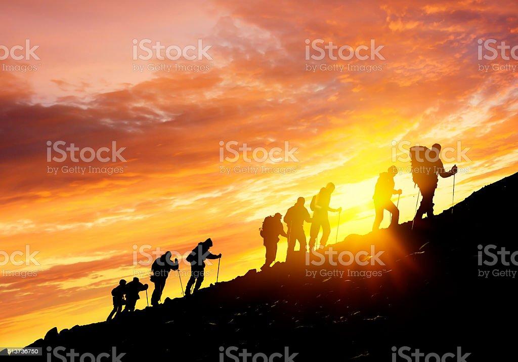 Silhouetten von Wanderer bei Sonnenuntergang – Foto