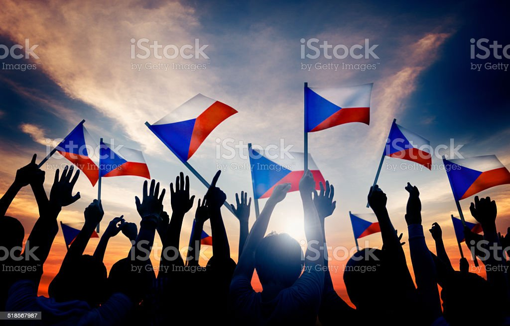 Siluetas de personas sosteniendo bandera de la República Checa - foto de stock