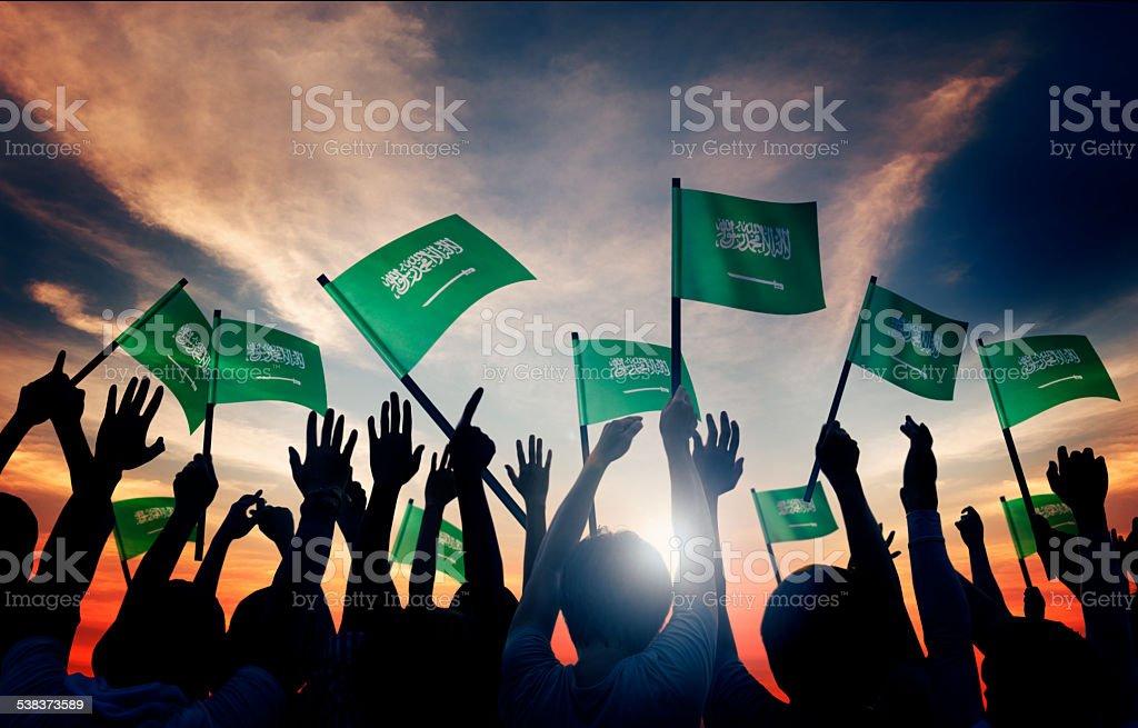 Sylwetki osób posiadających flagi Arabia Saudyjska – zdjęcie