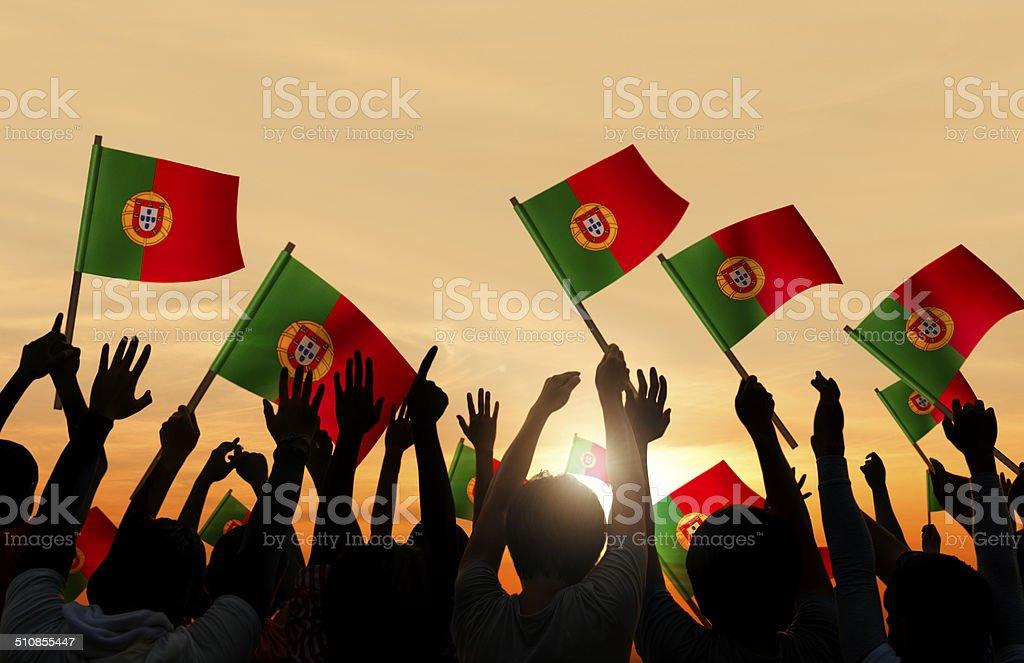 Silhuetas de pessoas segurando Bandeiras de Portugal - fotografia de stock