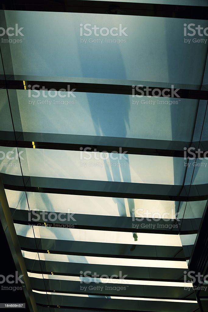 Silhouetten von Menschen auf Glas-Fußgängerweg – Foto
