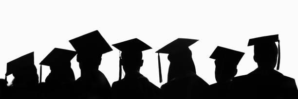 Silhouetten von Studenten mit Graduiertenkappen in einer Reihe isoliert auf weißem Panorama-Hintergrund. Abschlussfeier auf Universitäts-Web-Banner. – Foto