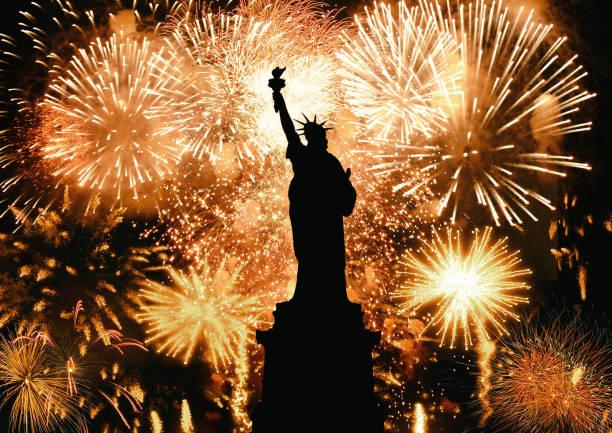 silhoute der freiheitsstatue nachts von feuerwerk als feiertag angezündet - new york new year stock-fotos und bilder