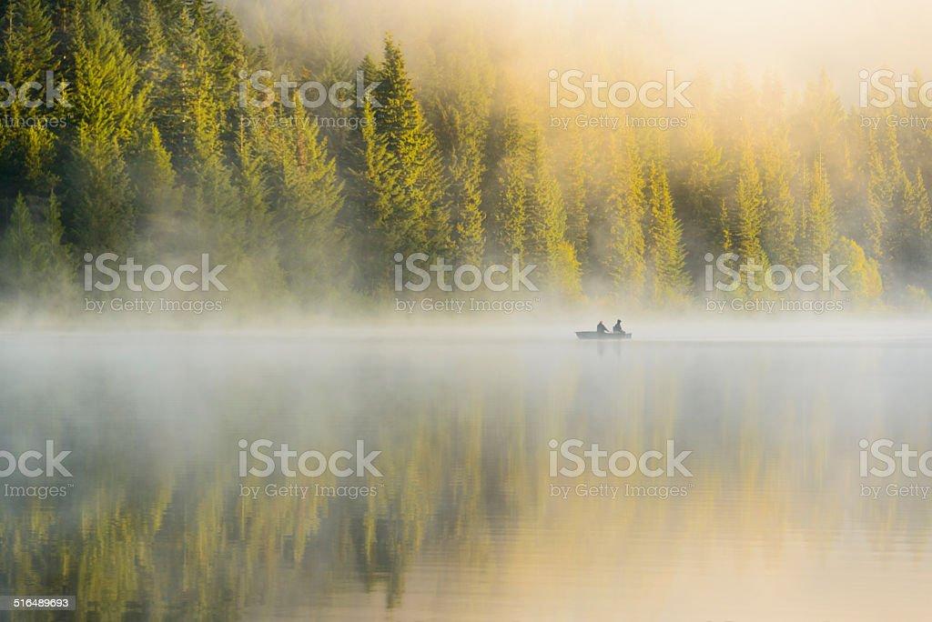 XXXL: Silhoutte de dois homens pescando no início da manhã. - foto de acervo