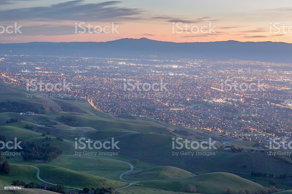 Silicon Valley and Green Hills at Dusk from Monument Peak, - foto de stock