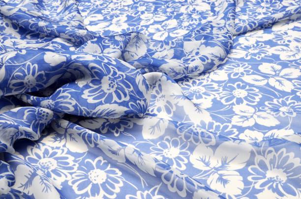 seide, chiffon, in einem großen floralen ornament auf blauem - druck chiffon stock-fotos und bilder
