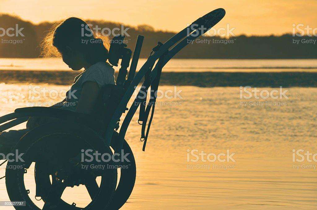 Chica Sillhouette para silla de ruedas - foto de stock