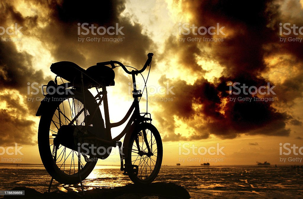 sillhouette of bicycle at cloudy morning royalty-free stock photo