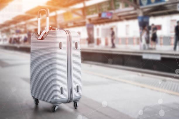 sillver koffer oder gepäck auf verschwommenen sky bahnhof bahnsteig mit netzwerk-linie für den weltweiten transport verbunden. reiseurlaub oder urlaubstourismus mit bts s-bahn in bangkok thailand. - hochbahn passagierzug stock-fotos und bilder