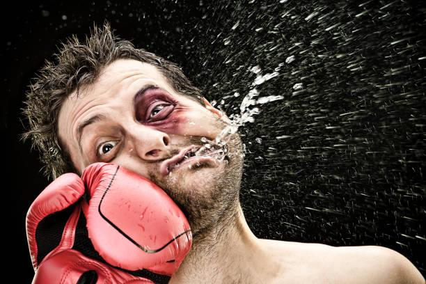 愚かなボクサー男 black.funny コンセプト肖像画に分離された顔にパンチを取る - ボクシング ストックフォトと画像