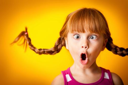 Lustig Rot Männlichen Mädchen Mit Nach Oben Geflochtener Zopf Verrückt Gesicht Stockfoto und mehr Bilder von 4-5 Jahre