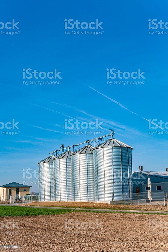 silo na bela paisagem com sol - foto de acervo
