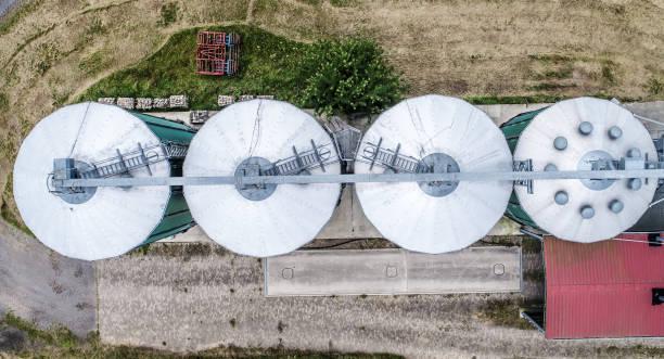 silos in einem feld für die lagerung von korn, luftbild - aerial view soil germany stock-fotos und bilder