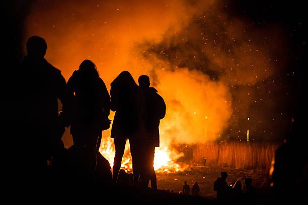 silouette von menschen in die traditionelle ostern bonfire - osterfeuer stock-fotos und bilder