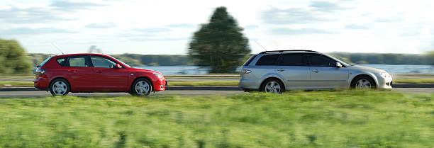 silber und rot autos - hecktürmodell stock-fotos und bilder