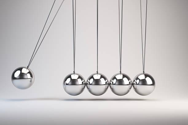 ballons d'équilibre pendule de newton - pendule photos et images de collection