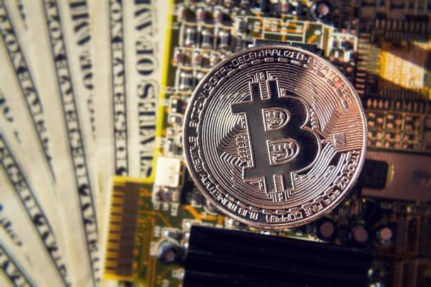 Silber Bitcoin Münze mit Dollar und Computer-Mainboard, Kryptowährung Bergbau und Anlagekonzept – Foto