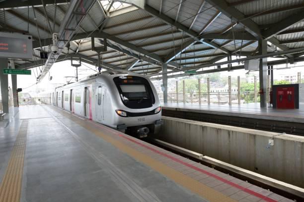 silber farbigen metro-zug am bahnhof in mumbai metro - hochbahn passagierzug stock-fotos und bilder
