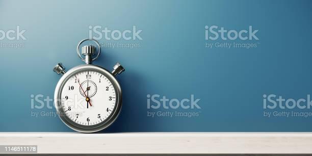 Photo libre de droit de Chronomètre De Couleur Argentée Devant Le Mur Bleu banque d'images et plus d'images libres de droit de A la mode
