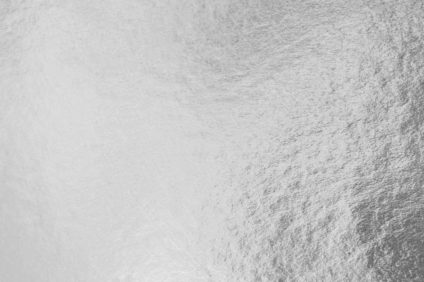 silberfolie glänzende metall textur hintergrund geschenkpapier für tapete deko-element - platinum stock-fotos und bilder