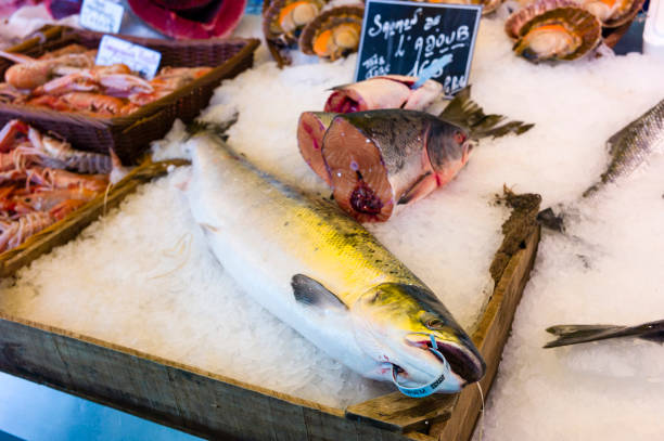 パリのフランス市場で氷の上の銀、新鮮な魚 ストックフォト