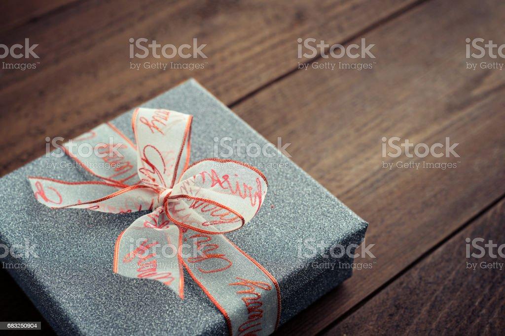 Silver gift box with christmas ribbon Lizenzfreies stock-foto