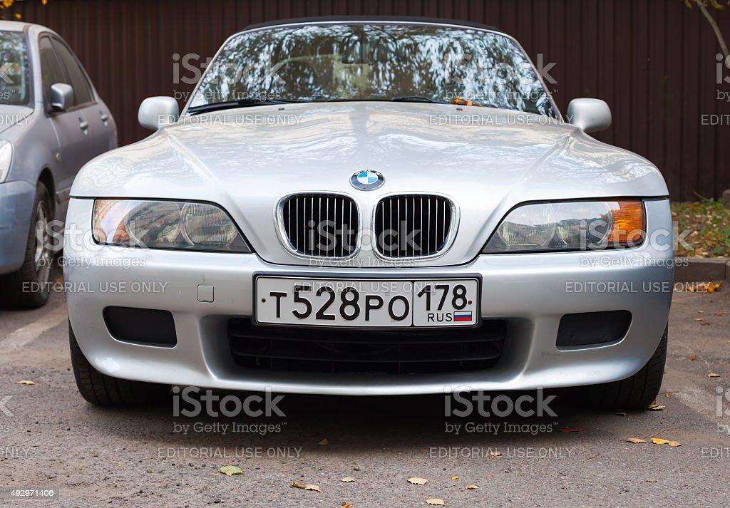 Silbergrau BMW Z3 Auto befindet sich an der Straße – Foto