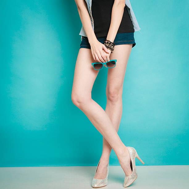 silver high heels modischen schuhe auf sexy weibliche beine  - glitzer absätze stock-fotos und bilder