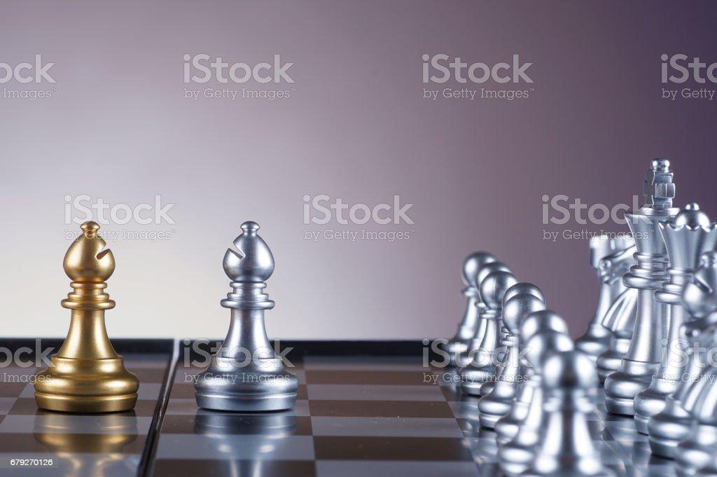 Argent chevalier face jeu de chevalier d'or du jeu d'échecs sur fond dégradé - leadership, équipe, notion de réussite et d'affaires photo libre de droits