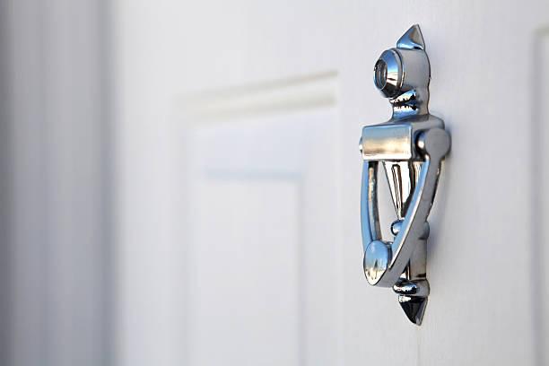 실버 knocker 백색 도어 - 노커 뉴스 사진 이미지