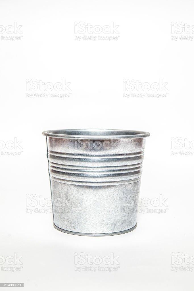 Plata con cilindro metálico.  Aislado sobre un fondo blanco. - foto de stock