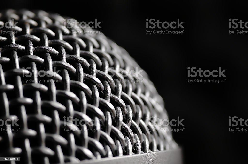 Srebrny mikrofon na czarnym tle. – zdjęcie