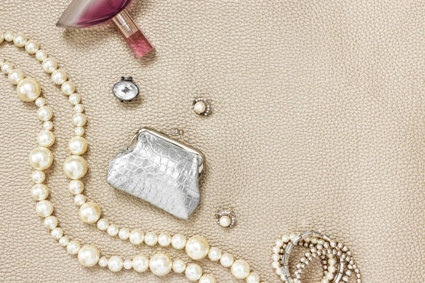 silber handtasche, schmuck und parfüm - canda armband stock-fotos und bilder