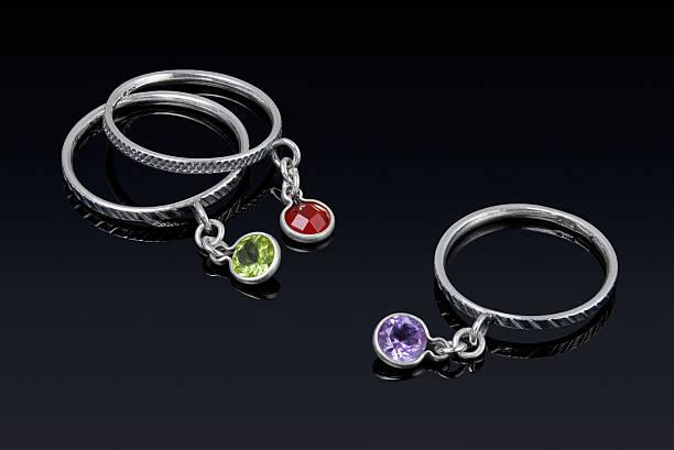 silber ring mit farbiger steine steinen. - verlobungsring 3 steine stock-fotos und bilder